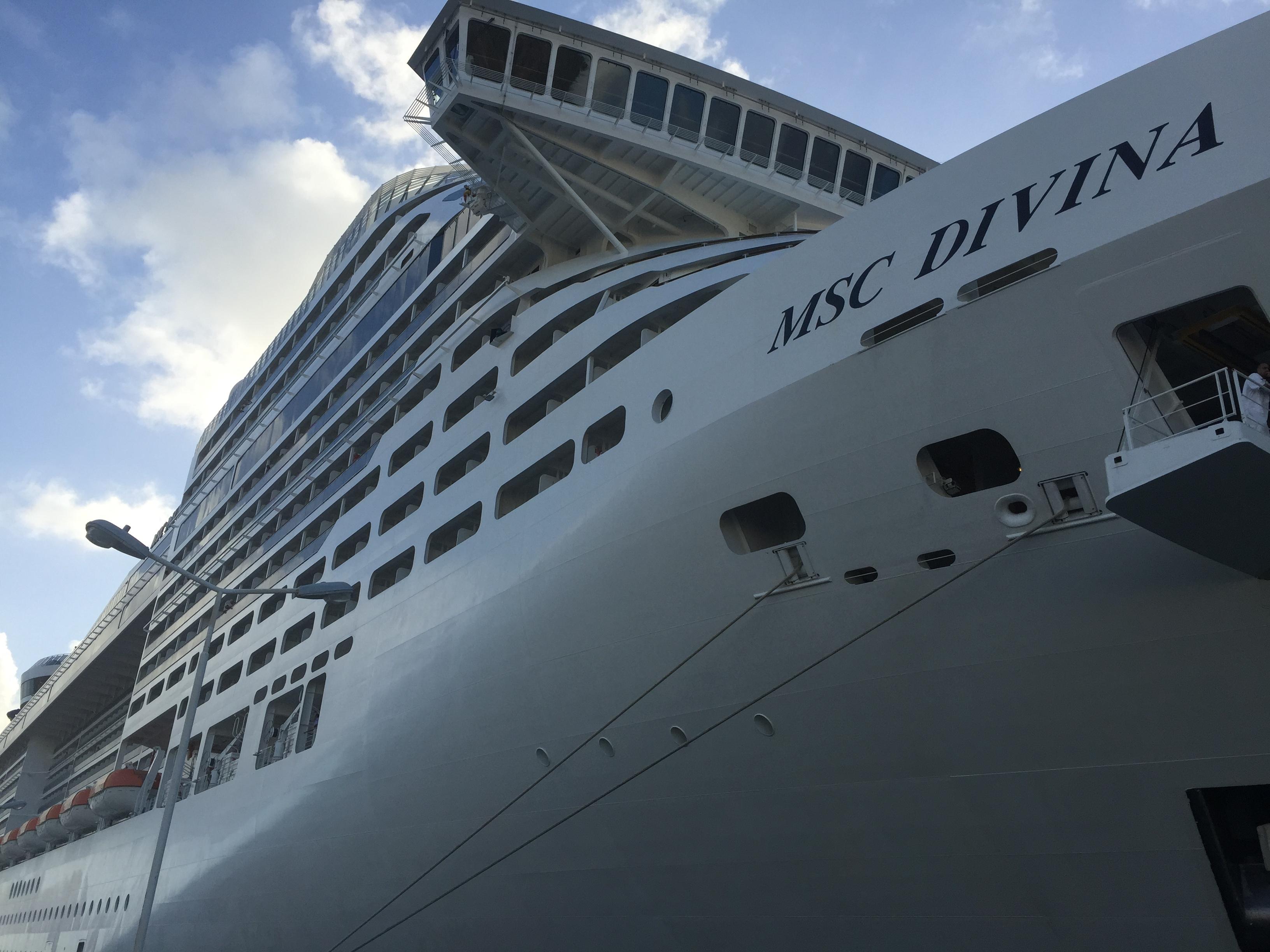 Crucero MSC Divina en el Puerto de Saint Marteen