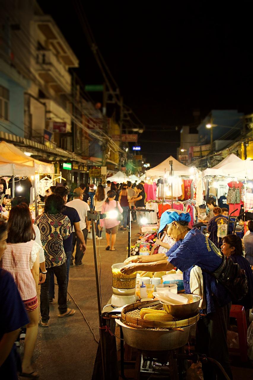 mercado nocturno en chiang rai. tailandia