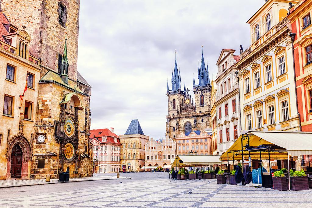 De fondo, el palacio real de Praga