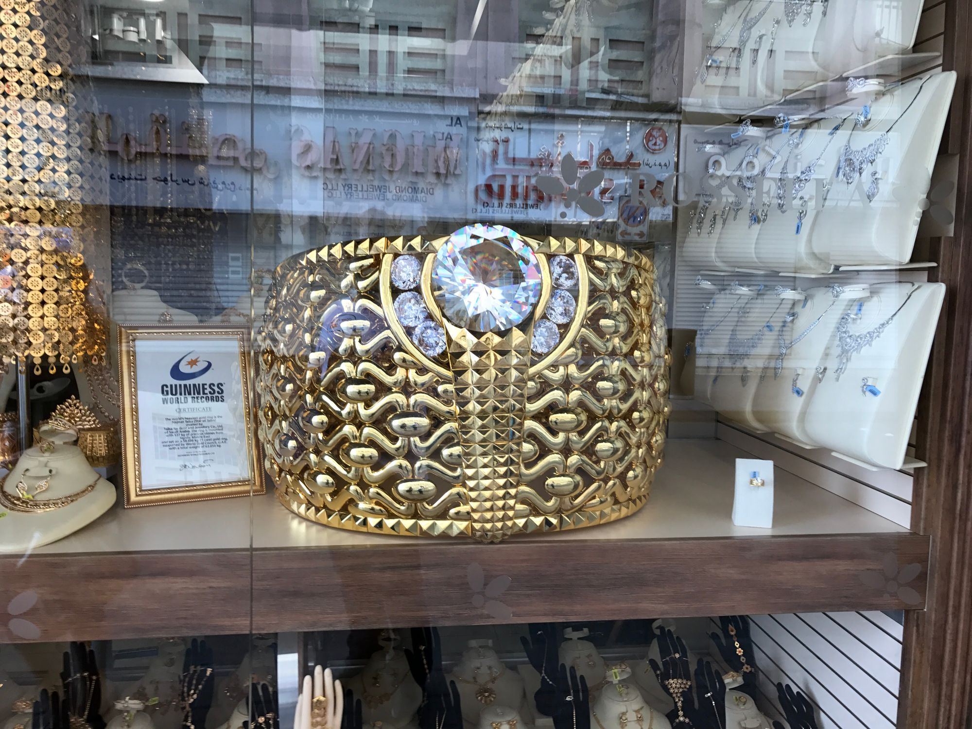 El anillo de oro más grande del mundo en el Zoco del Oro
