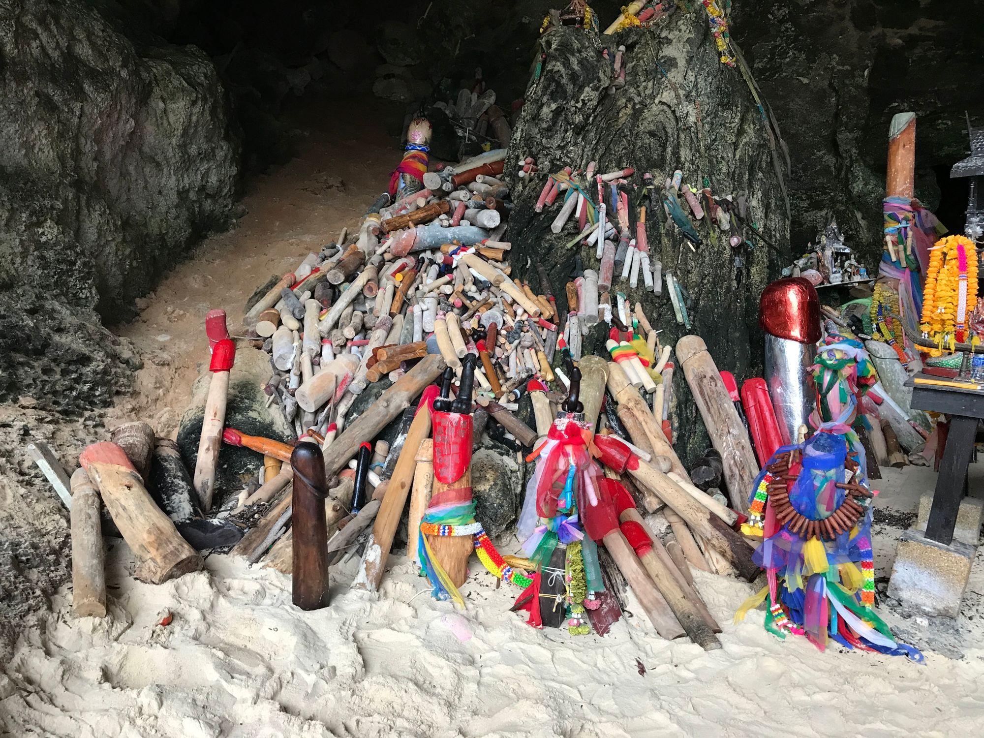 La cueva de la diosa o la fertilidad. También conocida como la cueva de los penes.