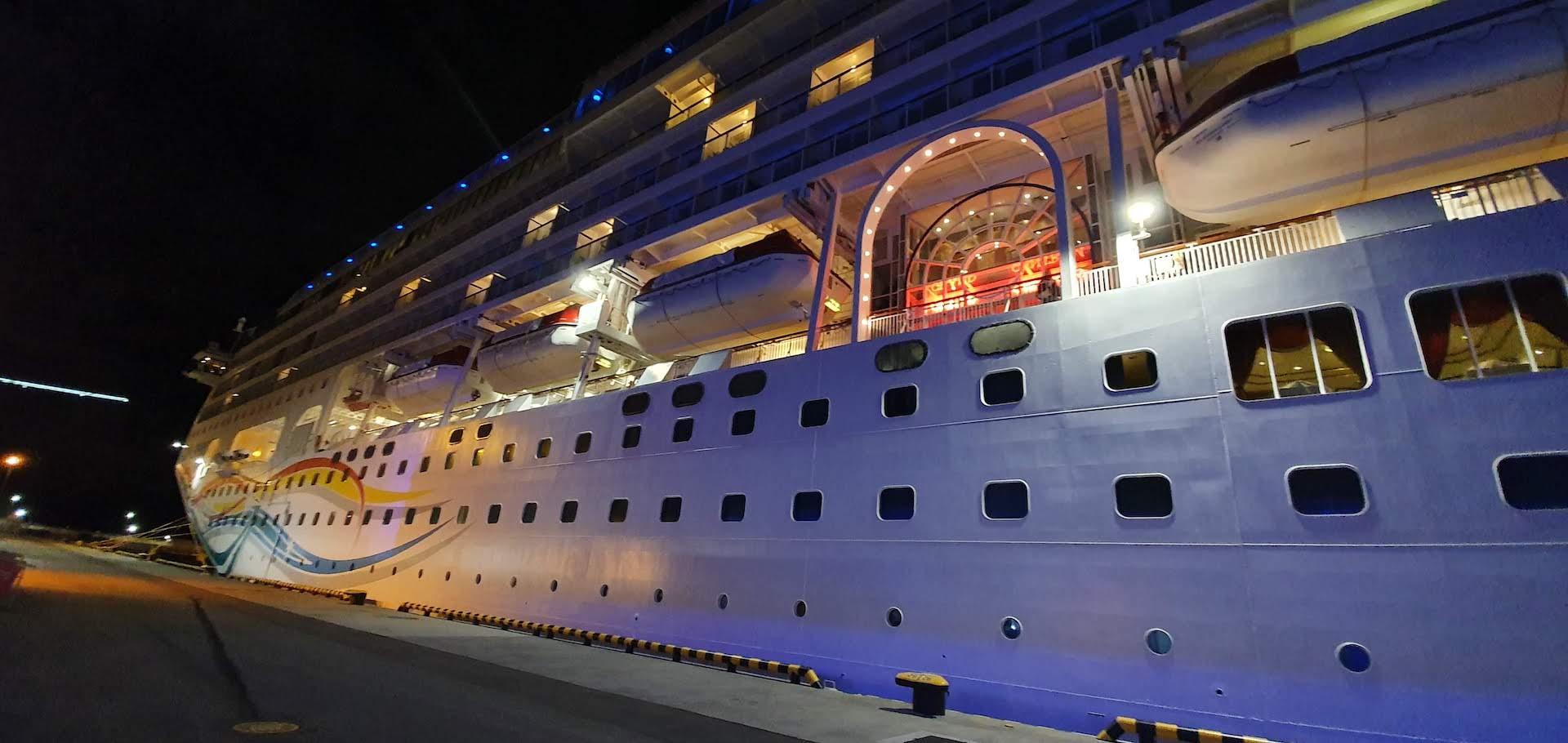 Norwegian Spirit fondeado en el puerto de San Petersburgo de Noche