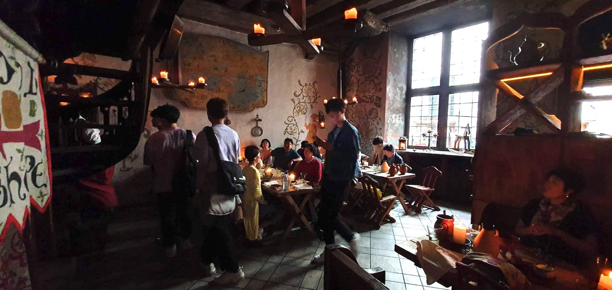Complejo de tiendas de diseño y bares, también inspirados en lo medieval en Tallinn