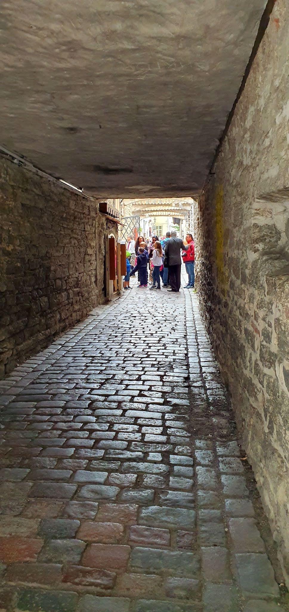Uno de los tantos hermosos pasajes medievales de Tallinn