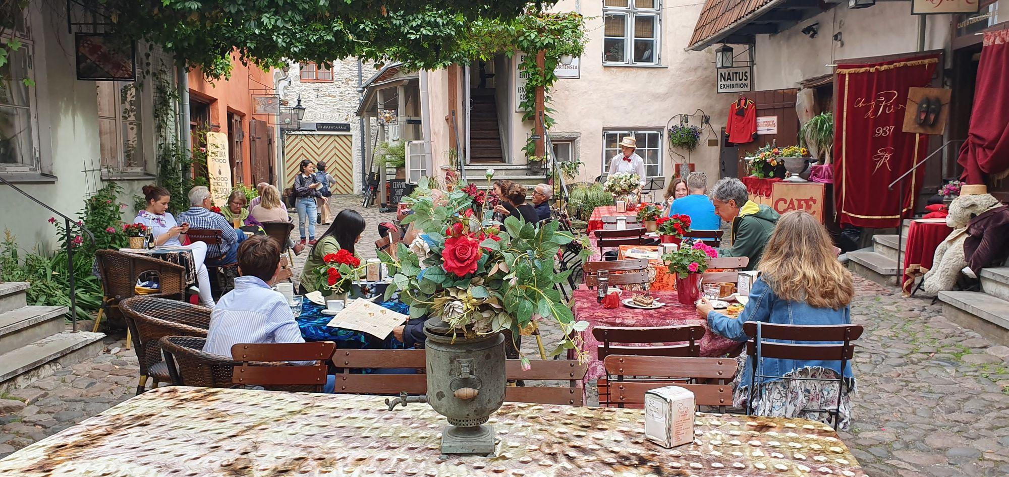 Bar en un callejón de Tallinn