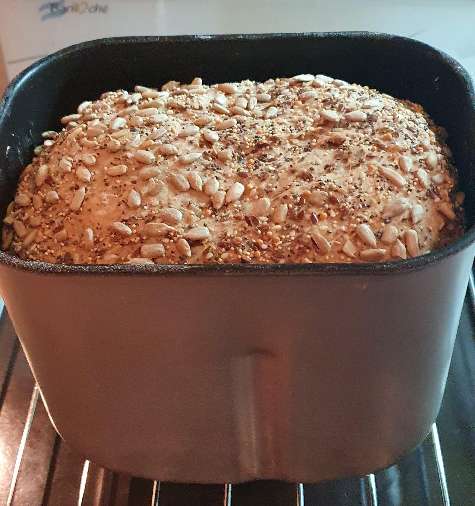 Pan multicereal semillado hecho en el horno de pan Atma
