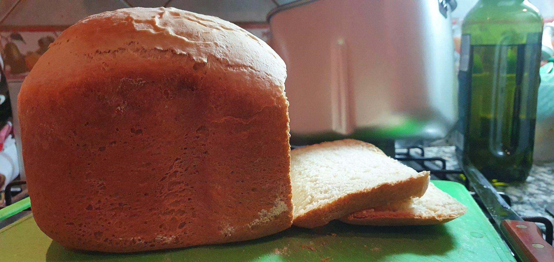 Pan lactal tipo Bimbo hecho en el horno de pan Atma