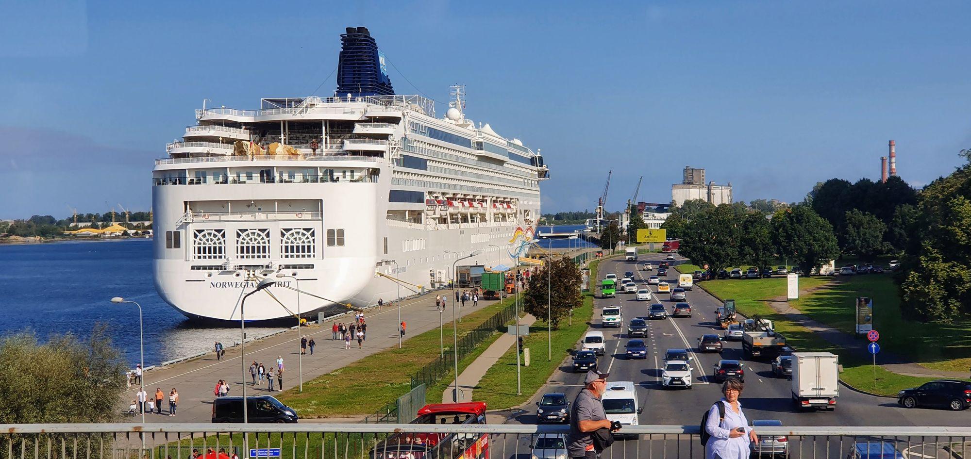 El imponente Norwegian Spirit en Riga, Capital de Letonia