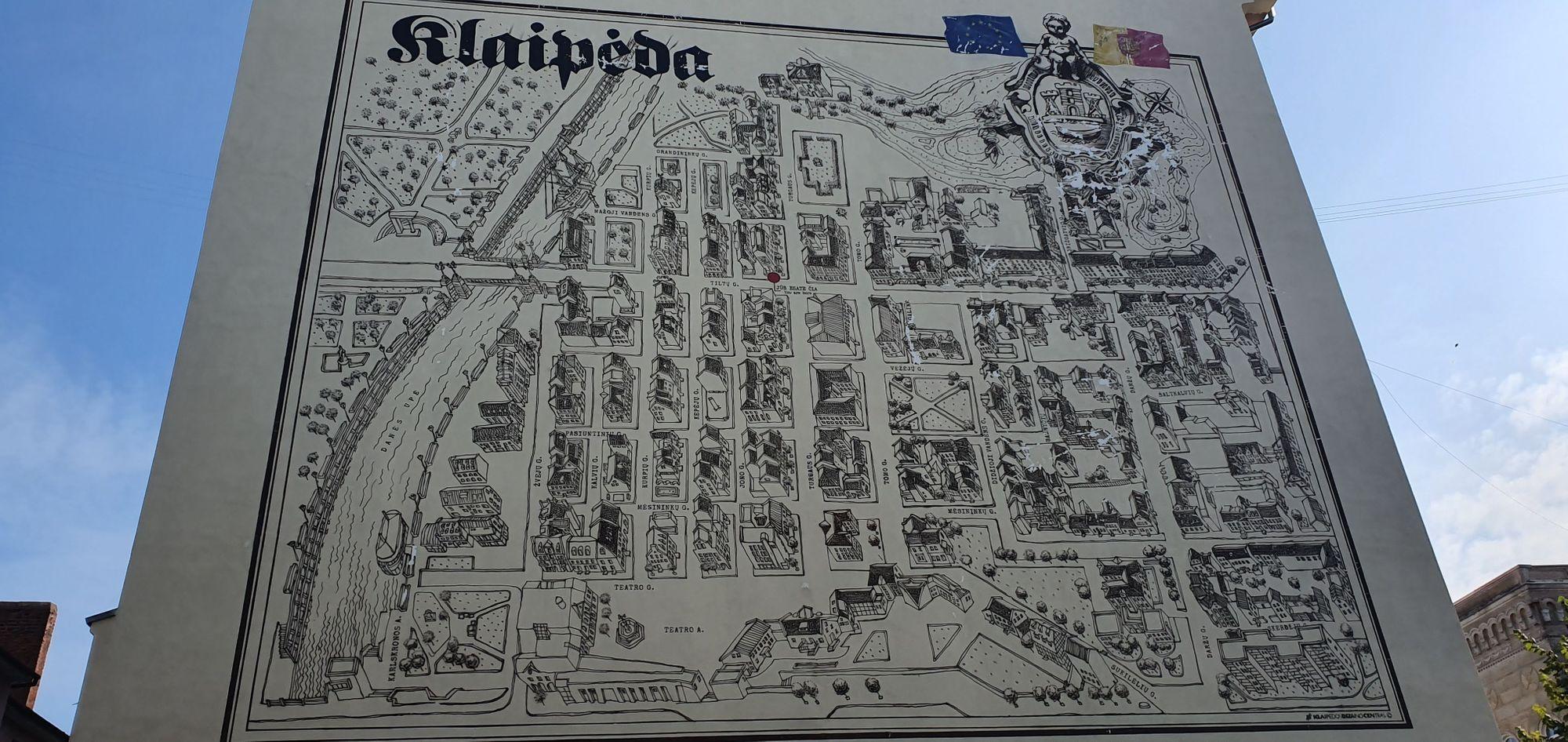 Mapa de Klaipėda en la parte de atrás de una de las casas de la ciudad vieja