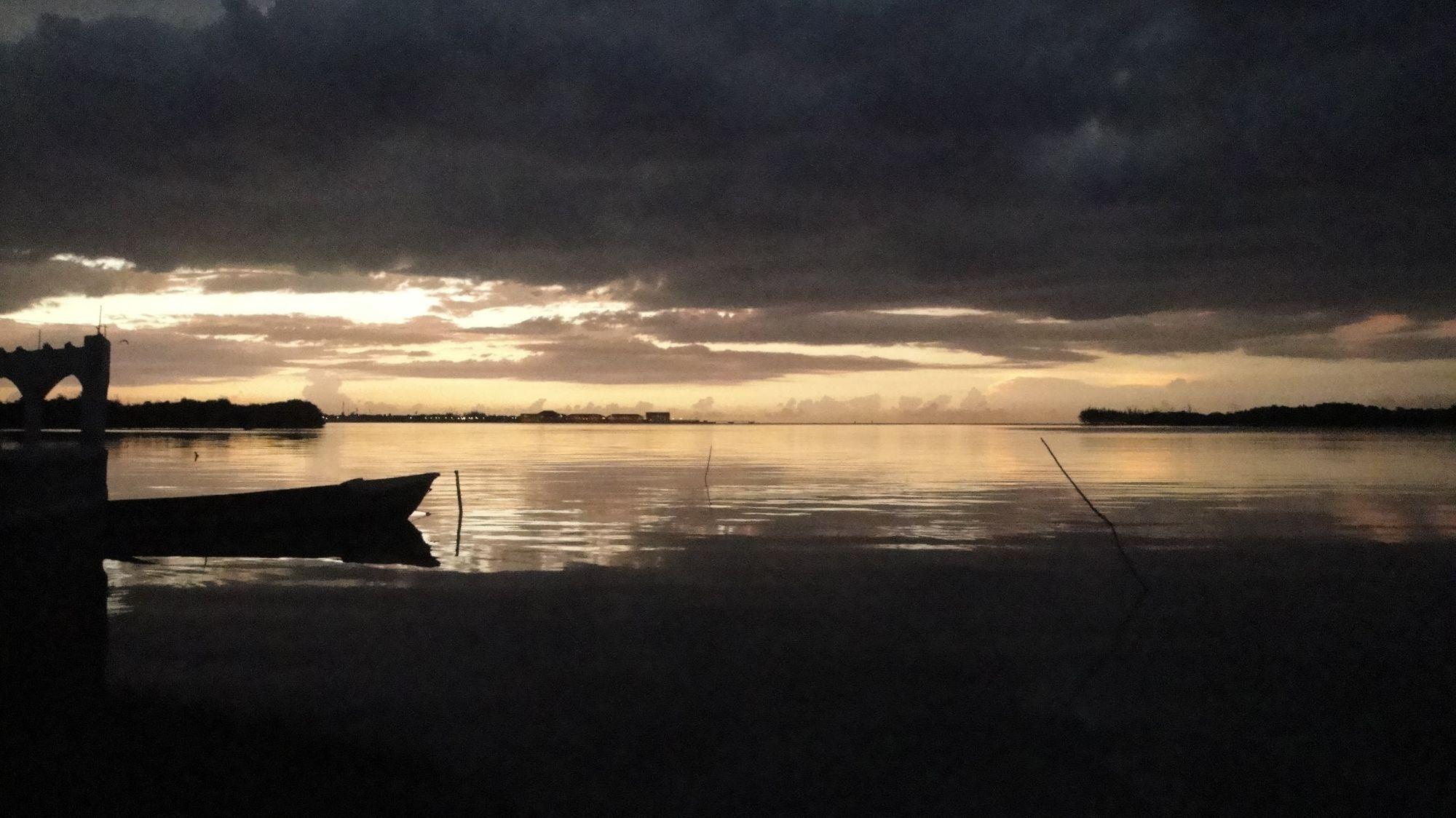 La laguna luminosa al atardecer