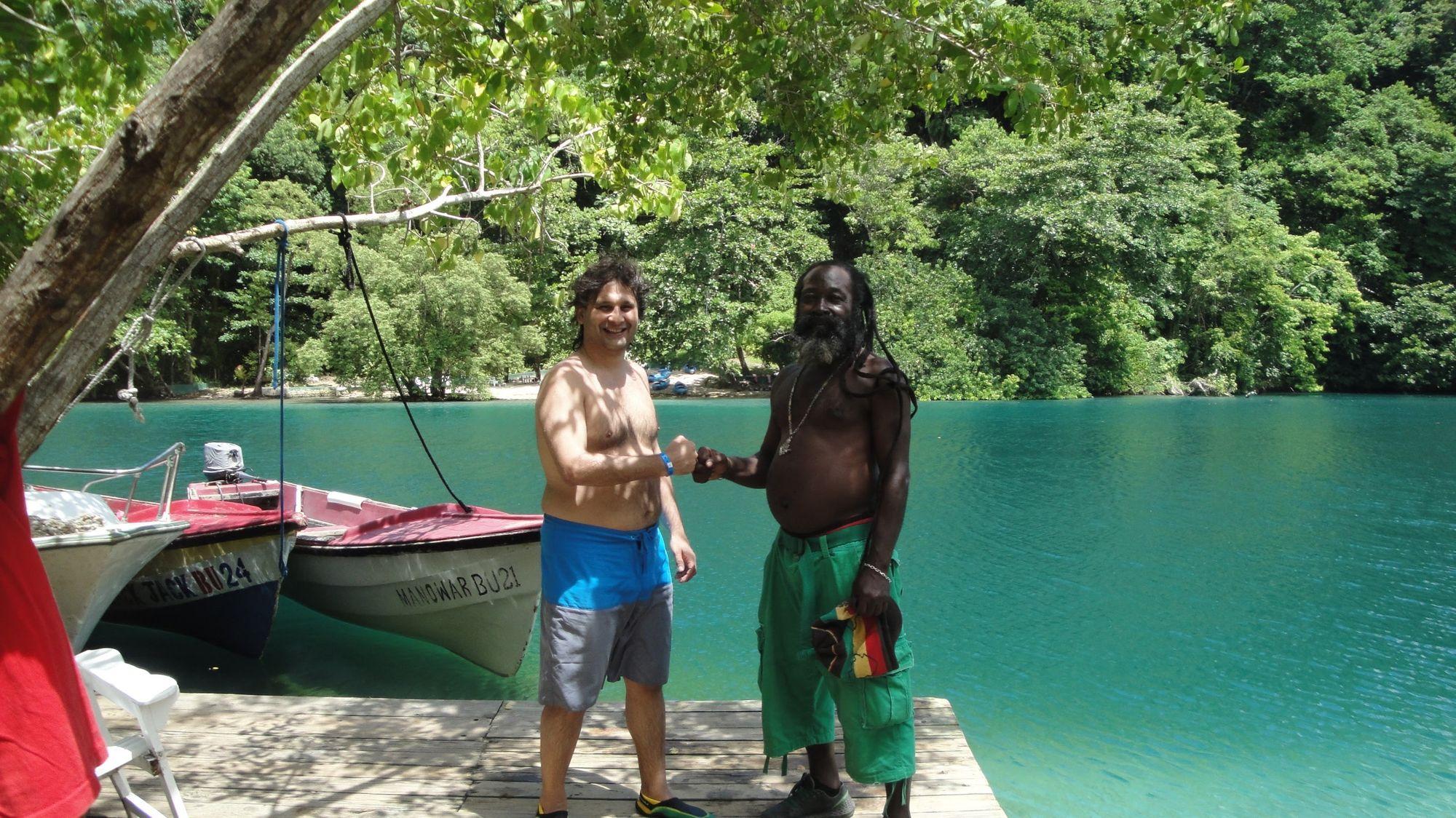 En la Laguna Azul, en Port Antonio, haciendo amigos