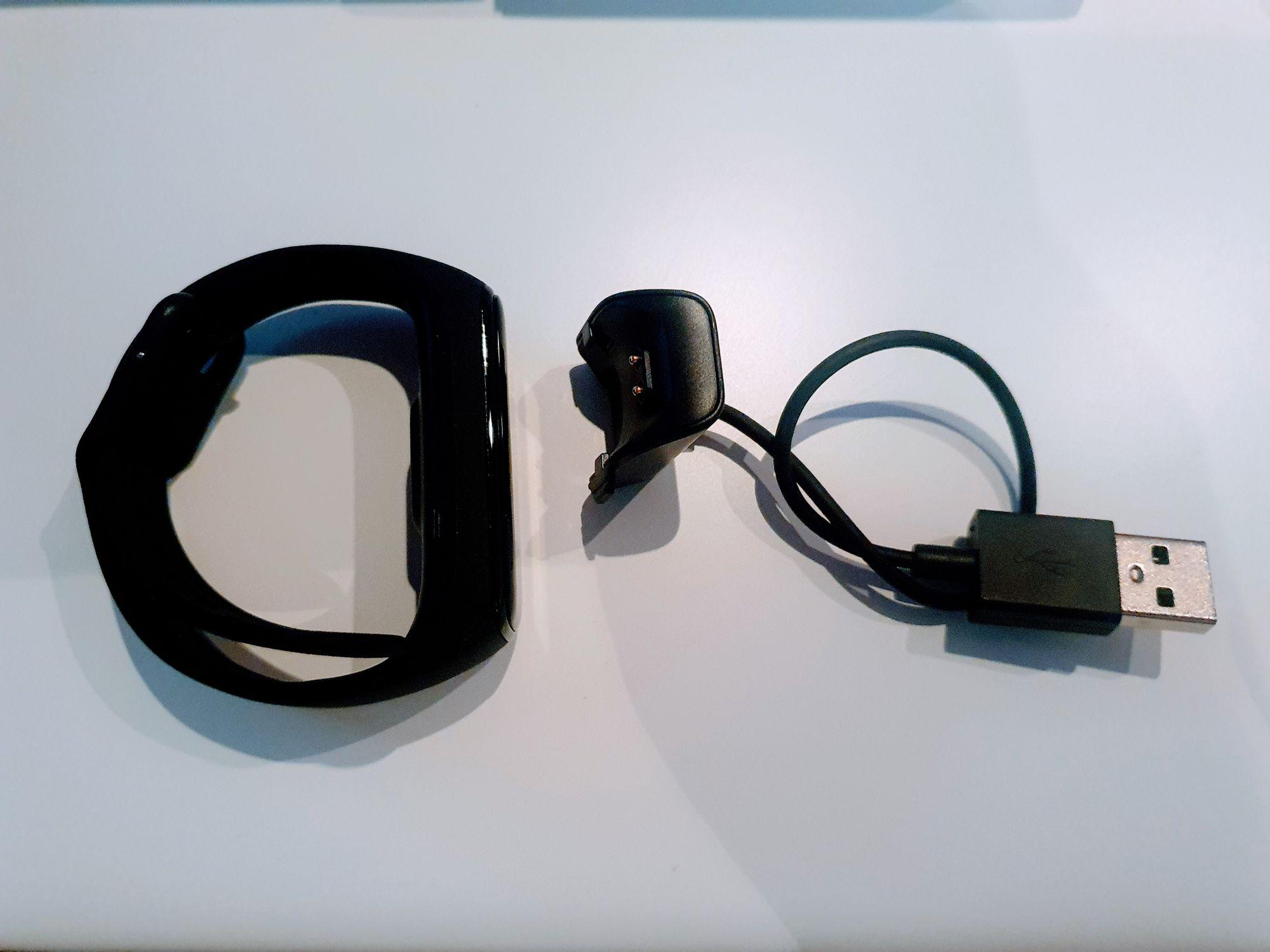 Pulsera y cargador, que viene en el embalaje inferior de la caja y kit completo de Galaxy fit 2